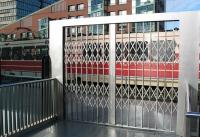 Keroll Kerger Galerie Scherengitter Bahnhof