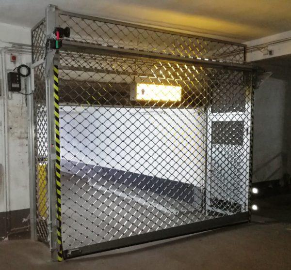 Rollgitteranlage von Keroll mit Seitentür als Fluchtweg und Festfeldern